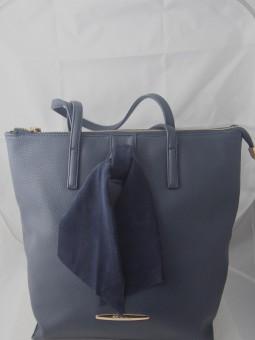 Дамска чанта със синя велурена панделка