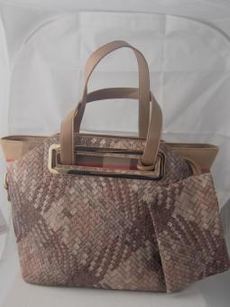 Дамска чанта с ефектна преплетена кожа