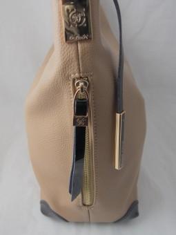 Бежова чанта с черни дръжки