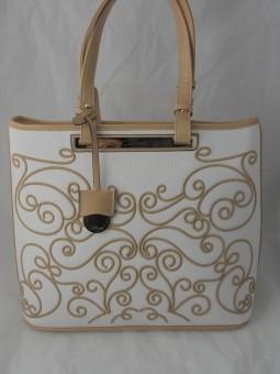 Бяла чанта с бежови шевици