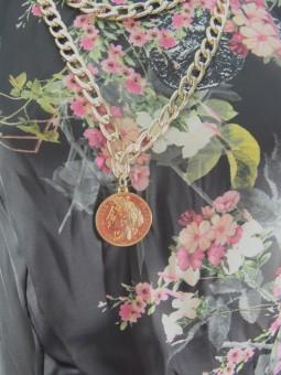 Елегантна черна рокля с цветя