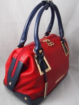 Червена чанта с аксесоари