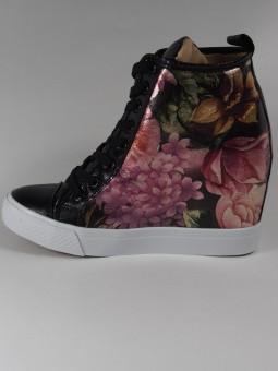 Черен кец на платформа с цветя