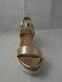Златен сандал на платформа
