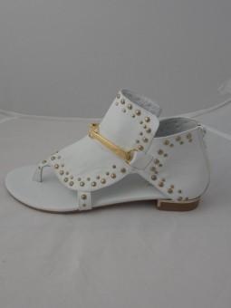 Бял сандал със златисти капси